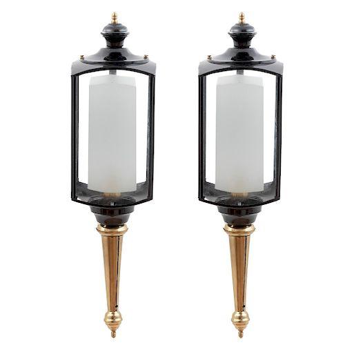 Lote de 2 faroles. SXXI. En latón y metal. Electrificados para una luz cada uno. Empotrables. Con 4 paredes de cristal. 66 x 17 x 25 cm