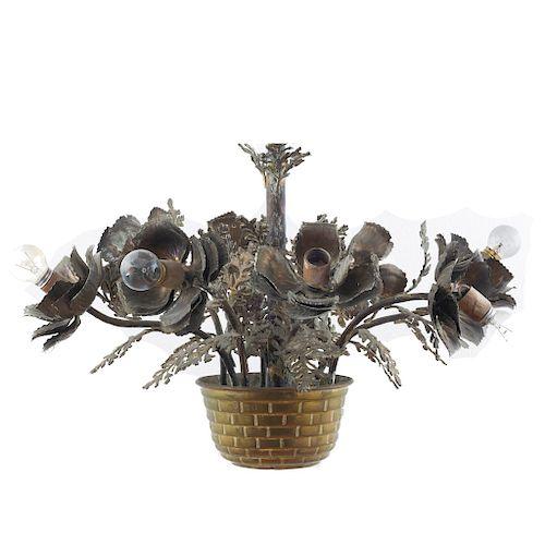 Candil. Siglo XX. Diseño a manera de maceta con flores. Elaborado en latón. Electrificado para 8 luces. 50 x 53 x 65 cm.