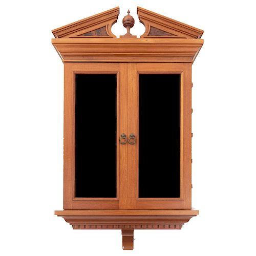 Vitrina. Siglo XX. Empotrable. Diseño arquitectónico. En talla de madera. Con 2 puertas abatibles con cristal. 125 x 66 x 55 cm.