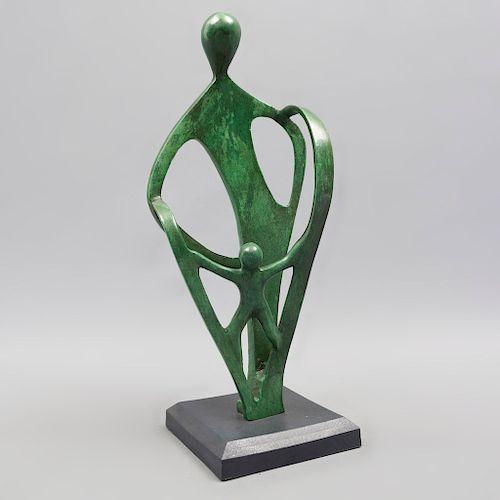 Firmado MPP. Padre e hijo. Fechado '95. Fundición en bronce. Con base. 27 x 12 x 8 cm.