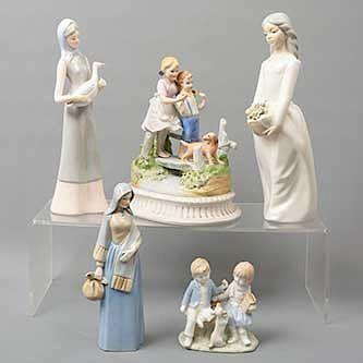 Lote de 5 figuras decorativas. México. SXX. En porcelana, uno de Cuernavaca. Consta de: mujer con bouquet, mujer con ave, otros.