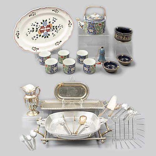 Lote de 118 piezas. Diferentes orígenes y materiales. Siglo XX. Consta de: tetera, campana, platón, 3 ceniceros, jarra, 6 tazas, otros.