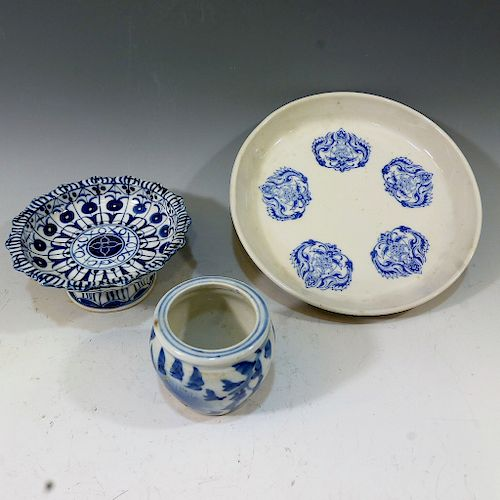 THREE CHINESE BLUE AND WHITE PIECES