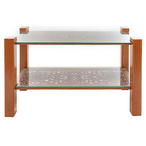 Mesa consola. Origen oriental. SXX. En talla de madera. A 2 niveles. Con 2 cubiertas de cristal. Decoración calada. 80 x 138 x 55 cm.