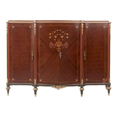 Cómoda. SXX. Estilo Luis XVI. En talla de madera. Con 4 puertas, 3 con tiradores. Decoración en marquetería. 152x220x58 cm.