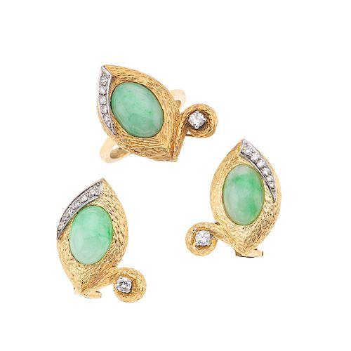 Anillo y par de aretes con diamantes y jadeita en oro amarillo de 14k. 3 diamantes corte brillante. Color J. Claridad SI2. Talla: 8.