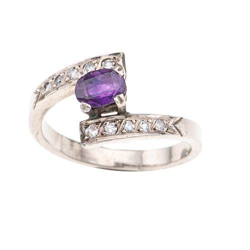 Anillo con amatista y diamantes en plata paladio. 1 amatista corte oval 0.60ct. 10 diamantes corte 8 x 8. Talla: 7. Peso: 3.5 g.