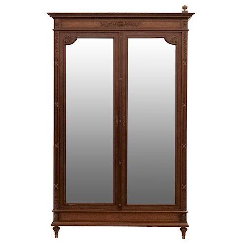 Armario. Francia. SXX. Estilo Luis XVI. En madera de roble. Con 2 puertas abatibles con espejos de lunas biseladas. 240 x 144 x 52 cm.