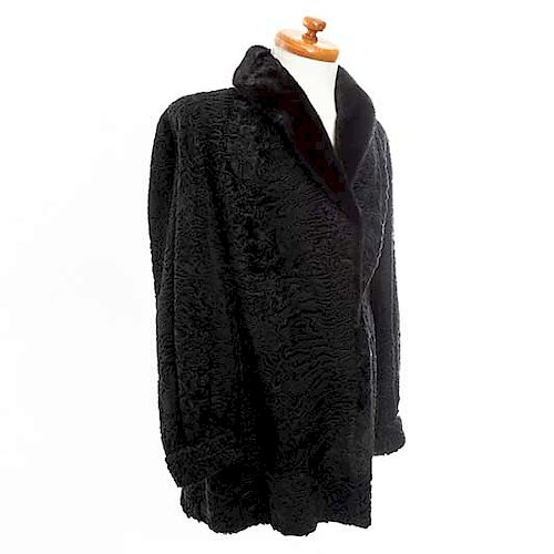 Abrigo. Siglo XX. Elaborado en piel de astracán color negro. Talla aproximada: mediana.
