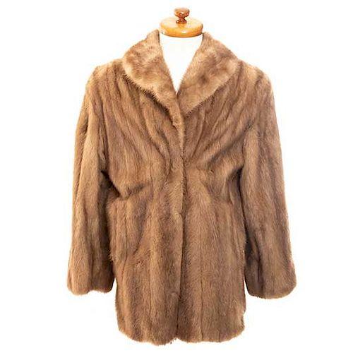 Abrigo. Siglo XX. Elaborado en piel de astracán marrón claro. Talla aproximada: mediana.