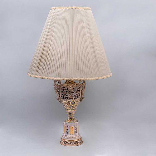 Lote de lámparas de mesa. Siglo XX. Consta de: Elaborada en semiporcelana policromada, fuste a manera de tibor. Piezas: 2
