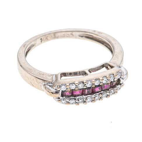Anillo con rubíes y diamantes en oro blanco de 14k. 6 rubíes corte cojín. 16 diamantes corte 8 x 8. Talla: 4 1/2. Peso: 3.3...