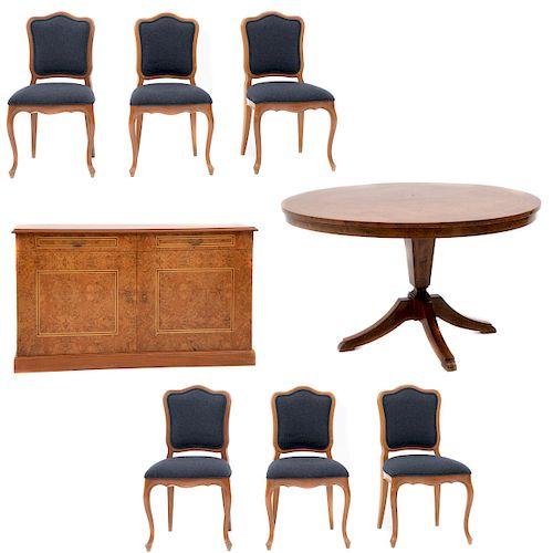 Comedor. Siglo XX. Consta de: Juego de 6 sillas. Estructura de madera laqueada, mesa y trinchador con enchapado de raíz.Pz: 8