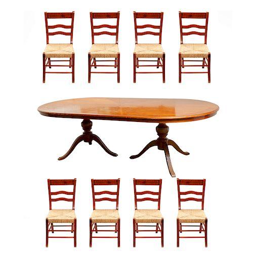 Comedor. Siglo XX. Elaborado en madera laqueada. Consta de: Mesa. Cubierta oval y sillas con asientos de palma tejida. Piezas: 9