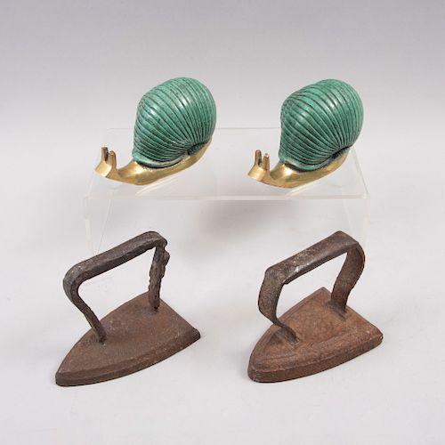 Lote de artículos decorativos. México, siglo XX. Par de caracoles en fundición de bronce patinado y 2 planchas de hierro. Pz: 4