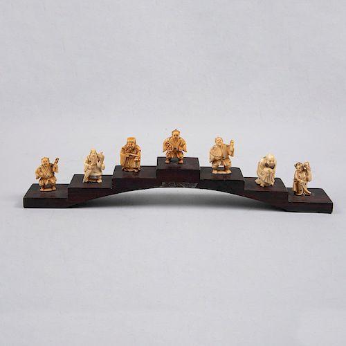 Colección de netsukes. Japón, siglo XX. Tallas en marfil entintado con esgrafiados en tinta color negro y firmados. Piezas: 7