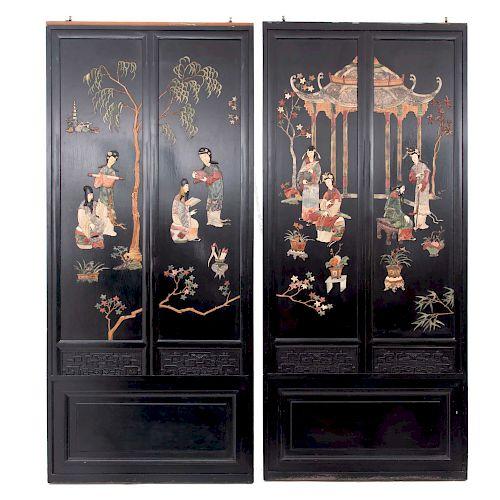 Par de puertas corredizas. Siglo XX. Elaborados en madera tallada ebonizada con aplicaciones de piedra jabonosa a doble vista.
