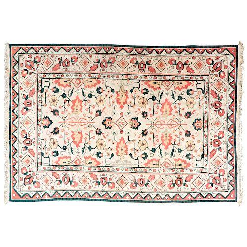 Tapete. Persia, siglo XX. Estilo Kilim. Anudado a mano con fibras de lana y algodón. Decorado con motivos orgánicos.