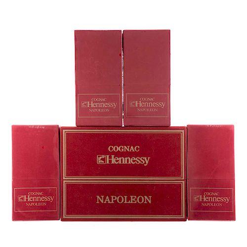 Hennessy Napoléon. Red book edition. Silver top. Cognac. Francia. Piezas: 5. Uno en estuche con dos copas.