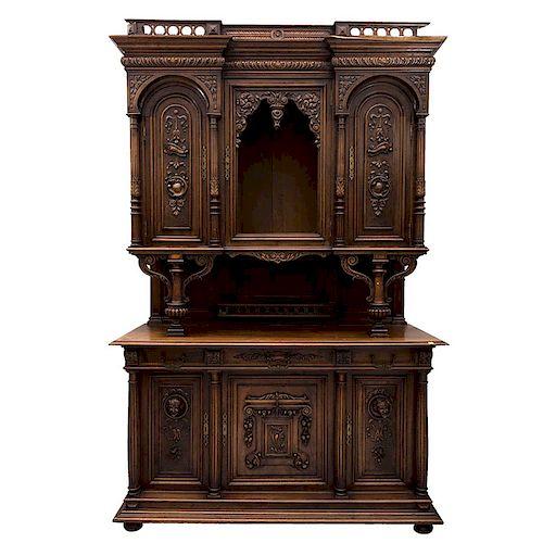 Buffet. Francia. SXX. Estilo Enrique II. En madera de nogal. A 2 cuerpos. Con vano central, 3 cajones y 5 puertas.