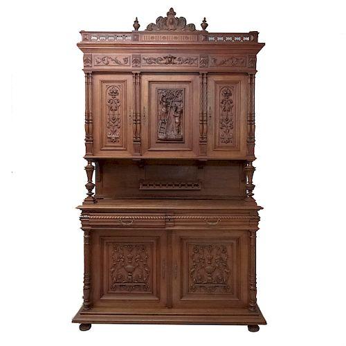 Buffet. Francia. Siglo XX. Estilo Enrique II. En talla de madera de roble. A 2 cuerpos. Con 2 cajones y 5 puertas. 266 x 154 x 57 cm.