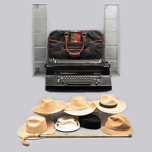Lote mixto de 12 piezas. Diferentes orígenes. SXX. En madera, baquelita, metal, palma y tela. Consta de: máquina de escribir IBM, otros