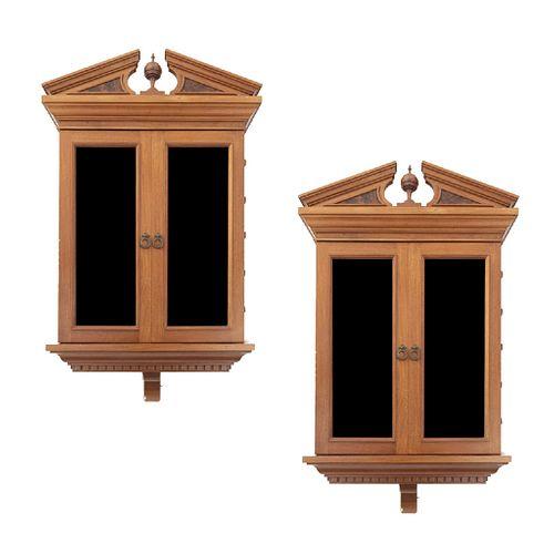 Par de vitrinas. Siglo XX. Empotrables. Diseño arquitectónico. En talla de madera. Cada una con 2 puertas con cristal. 125 x 66 x 55 cm