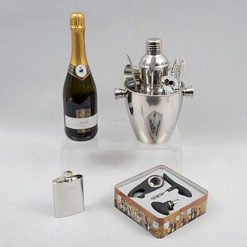 Lote de accesorios para vino y ánfora pequeña. Bar set cocktail: botella vino blanco y juego de bar set, otros. Piezas: 3.