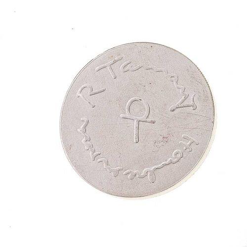 """Rufino Tamayo, Medalla conmemorativa con su obra gráfica """"El hombre en rosa"""". Elaborada en plata Ley .900."""
