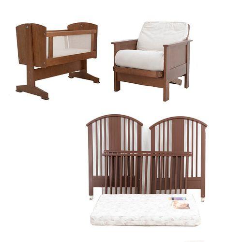 Recámara para bebé. SXXI. En MDF y madera. Consta de: Cuna, sillón y cama individual. Cuna y cama con colchón. 85 x 60 x 95 cm. (cuna)
