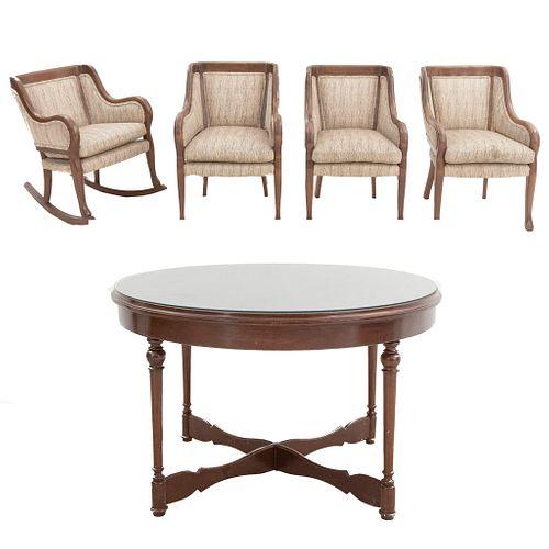 Lote de 5 piezas. Siglo XX. En talla de madera. Consta de: Mesa de hall, 3 sillones y mecedora. 74 x 120 cm. Ø