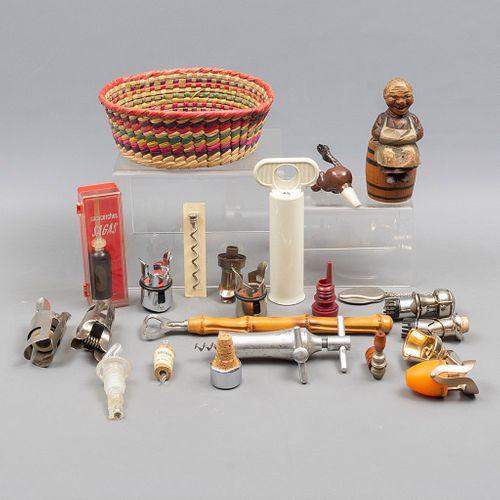 Lote de accesorios para vinos. Diferentes orígenes y diseños. SXX. Elaborados en metal, material sintético y madera.