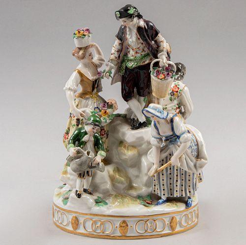 Figura con personajes recolectores. Alemania, siglo XIX. Elaborado en porcelana policromada acabado brillante. 23 cm de altura