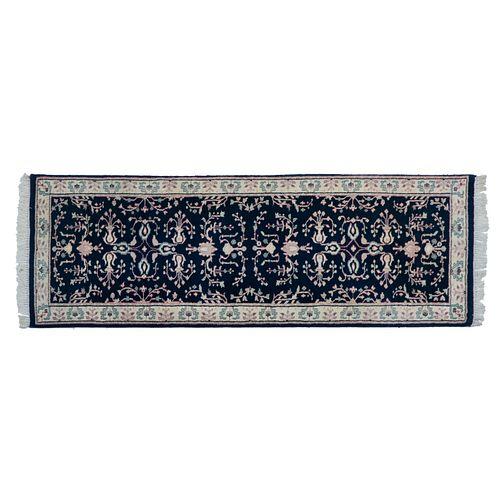 Tapete de pasillo. Persia, Sarough Sherkat Faish, siglo XX. Anudado a mano con fibras de lana y algodón. 80 x 234 cm.
