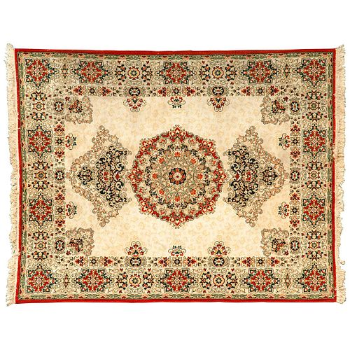 Tapete. Persia, siglo XX. Estilo Mashad. Elaborado con fibras de lana y algodón. Decorado medallón central. 344 x 248 cm.