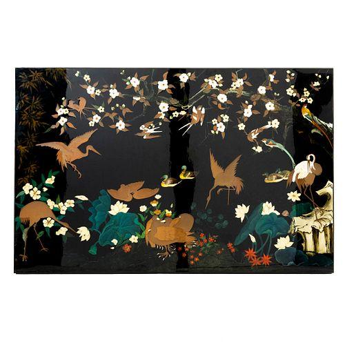 Panel. Origen oriental. SXX. En madera laqueada color negro. Decorado con aves. 123 x 190 x 6 cm.