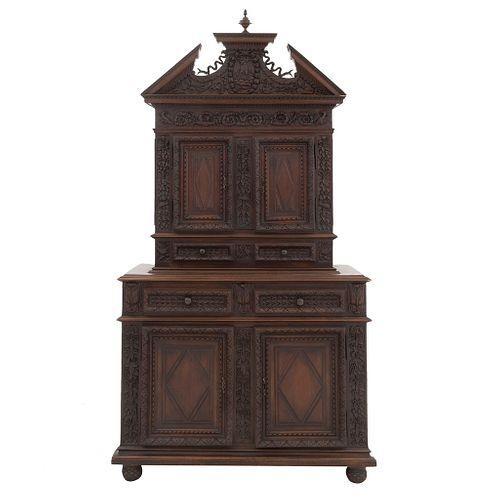 Buffet. Francia. Siglo XX. En talla de madera de nogal. A 2 cuerpos. Con 4 puertas abatibles y 4 cajones. 232 x 122 x 55 cm.