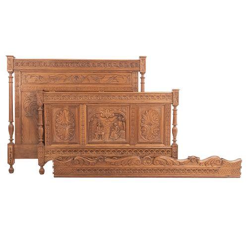 Cama matrimonial. Francia. S XX. Estilo Bretón. En talla de madera de roble. Con cabecera, piecera, 2 largueros y soportes tipo bollo.