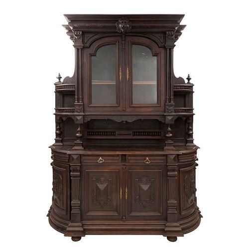 Buffet. Francia. Siglo XX. En madera de roble. A 2 cuerpos. Con 4 cajones, 6 puertas, 2 con cristal y 4 repisas. 260 x 198 x 57 cm.