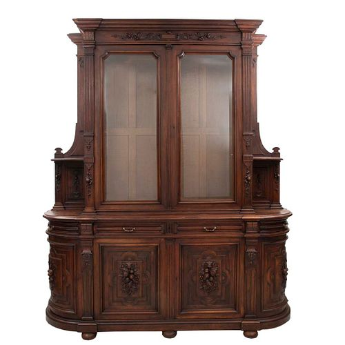 Buffet. Francia. SXX. Estilo Enrique II. En madera de nogal. A 2 cuerpos. Con 4 cajones y 6 puertas, 2 con cristal. 263 x 228 x 64 cm.