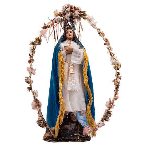 VIRGEN INMACULADA. MÉXICO, SIGLO XIX. Madera tallada y policromada con ojos de vidrio, pestañas y peluca. 53 cm de altura.