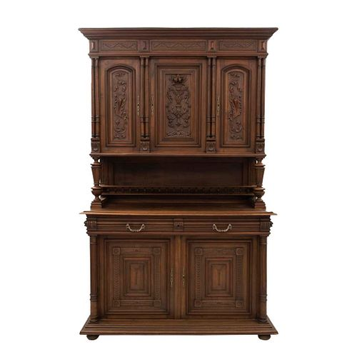 Buffet. Francia. Siglo XX. Estilo Enrique II. En talla de madera de nogal. A 2 cuerpos. Con 2 cajones y 5 puertas. 230 x 138 x 56 cm.
