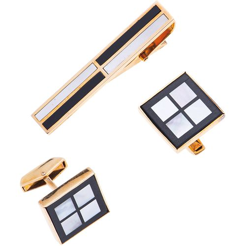 TIE CLIP AND CUFF LINKS SET WITH MOTHER OF PEARL AND ONYX. 14K YELLOW GOLD
