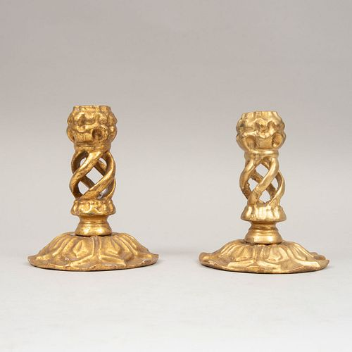 Par de candeleros. Siglo XX. Elaborados en madera dorada. Decoradas con elementos florales y orgánicos. 16 x 13 cm