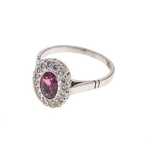 Anillo con rubí y diamantes en plata paladio. 1 rubí corte oval. 15 diamantes corte 8 x 8. Talla: 6. Peso: 2.6 g.
