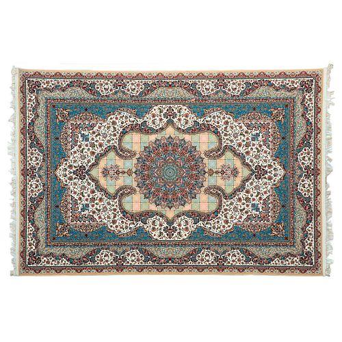 Tapete. Turquía. Siglo XX.  Estilo mashad. Elaborado en fibras de lana y seda sobre fondo multicolor. 200 x 304 cm
