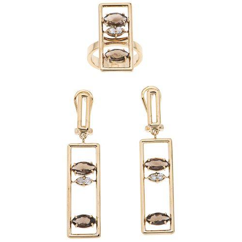 Juego de anillo y par de aretes con simulantes y diamantes en oro amarillo de 14k. Talla anillo: 6 ½ Aretes con poste y raqueta.