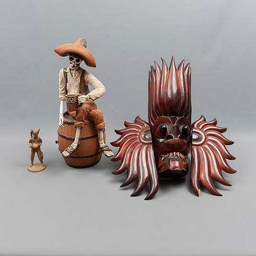 """Lote de 3 piezas. México. SXX. En barro y madera tallada y entintada. Consta de: máscara, J. Torres. """"Viva el Tlachique"""" y diablo."""