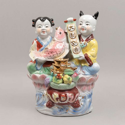 Escultura decorativa. Origen asiático. Siglo XX. Elaborado en cerámica.