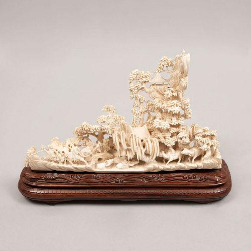 Paisaje. Origen asiático. Siglo XX. Elaborado en talla de marfil con base de madera. 19 x 29 x 7 cm
